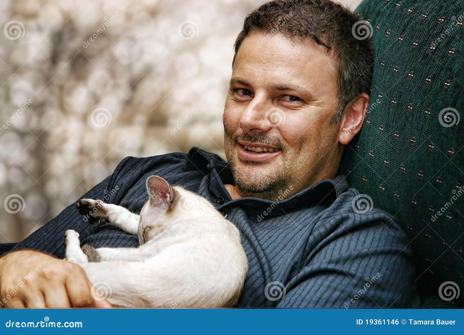 Homem e gatinho