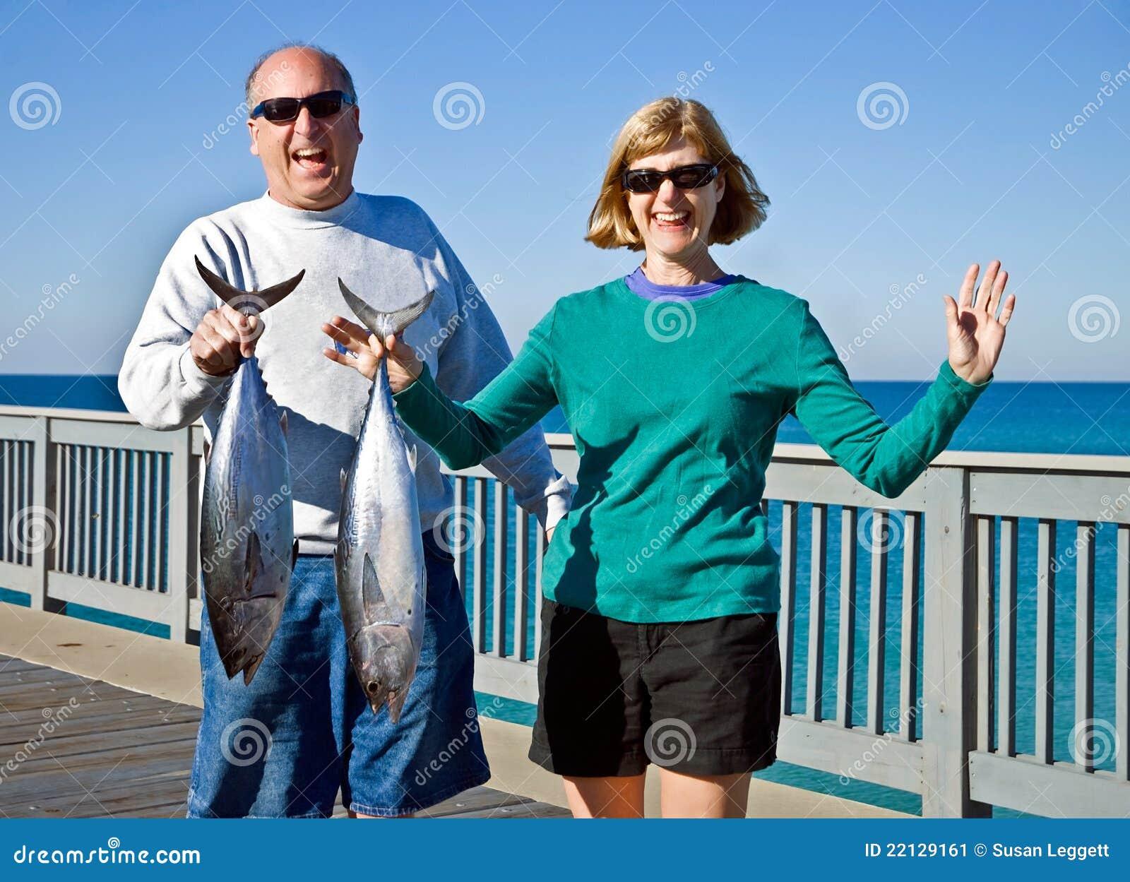 Homem e mulher com peixes