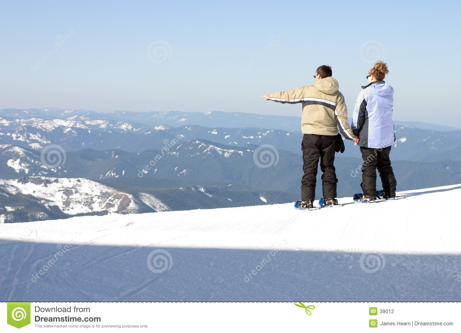 Homem e mulher que olham para fora