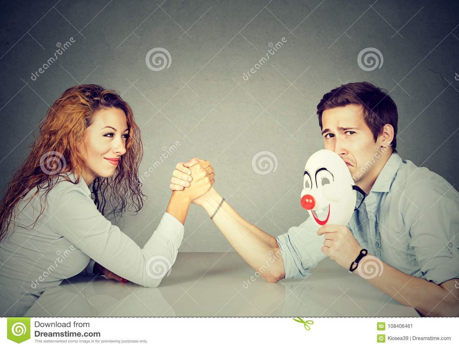 Homem e mulher que têm a luta romana de braço