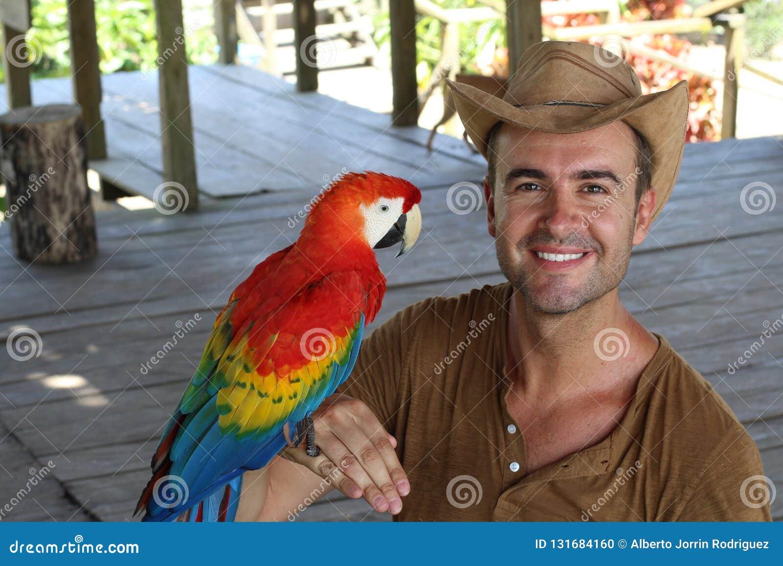 Homem e seu papagaio domesticado