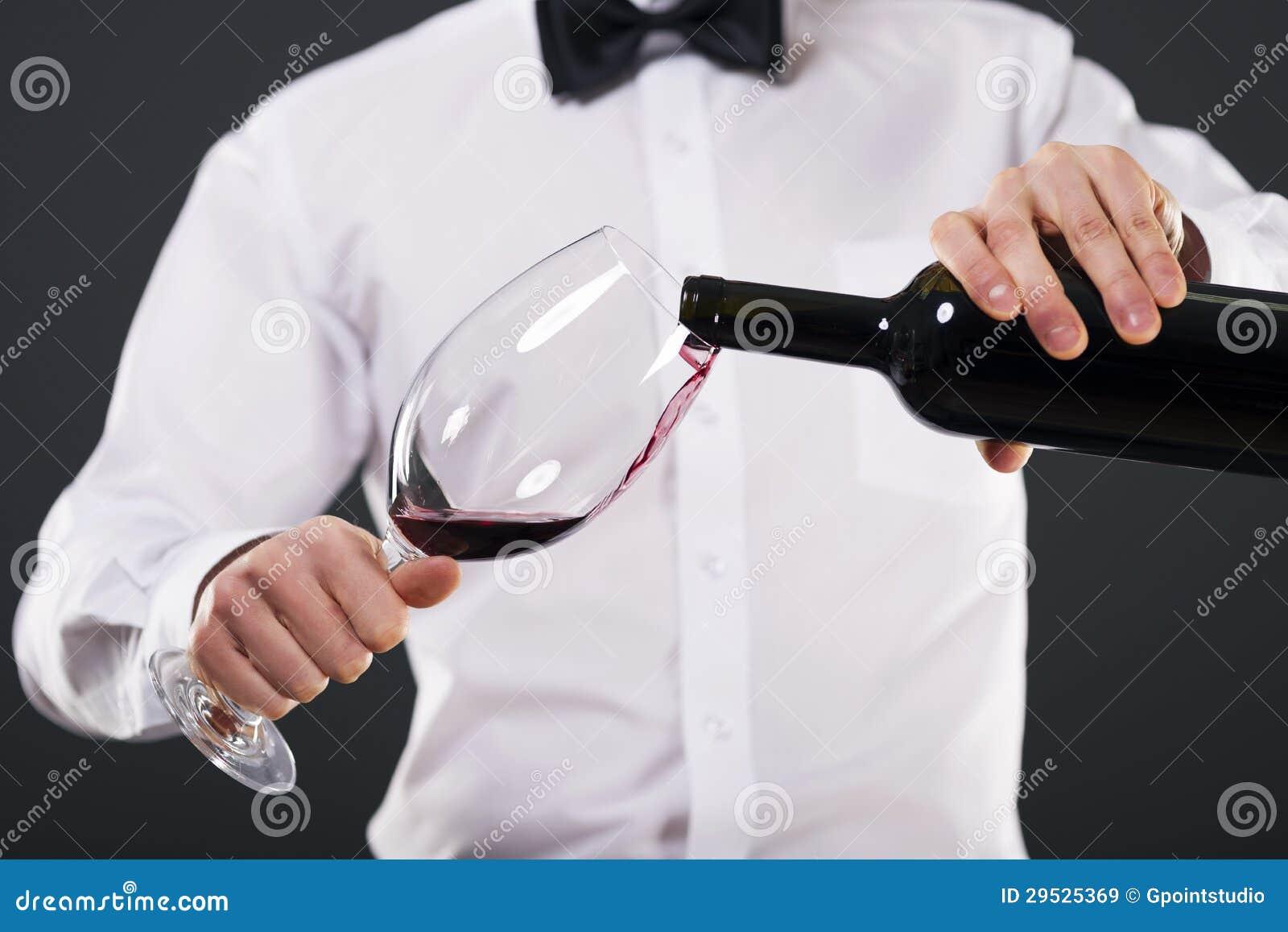 Homem elegante com vidro e vinho