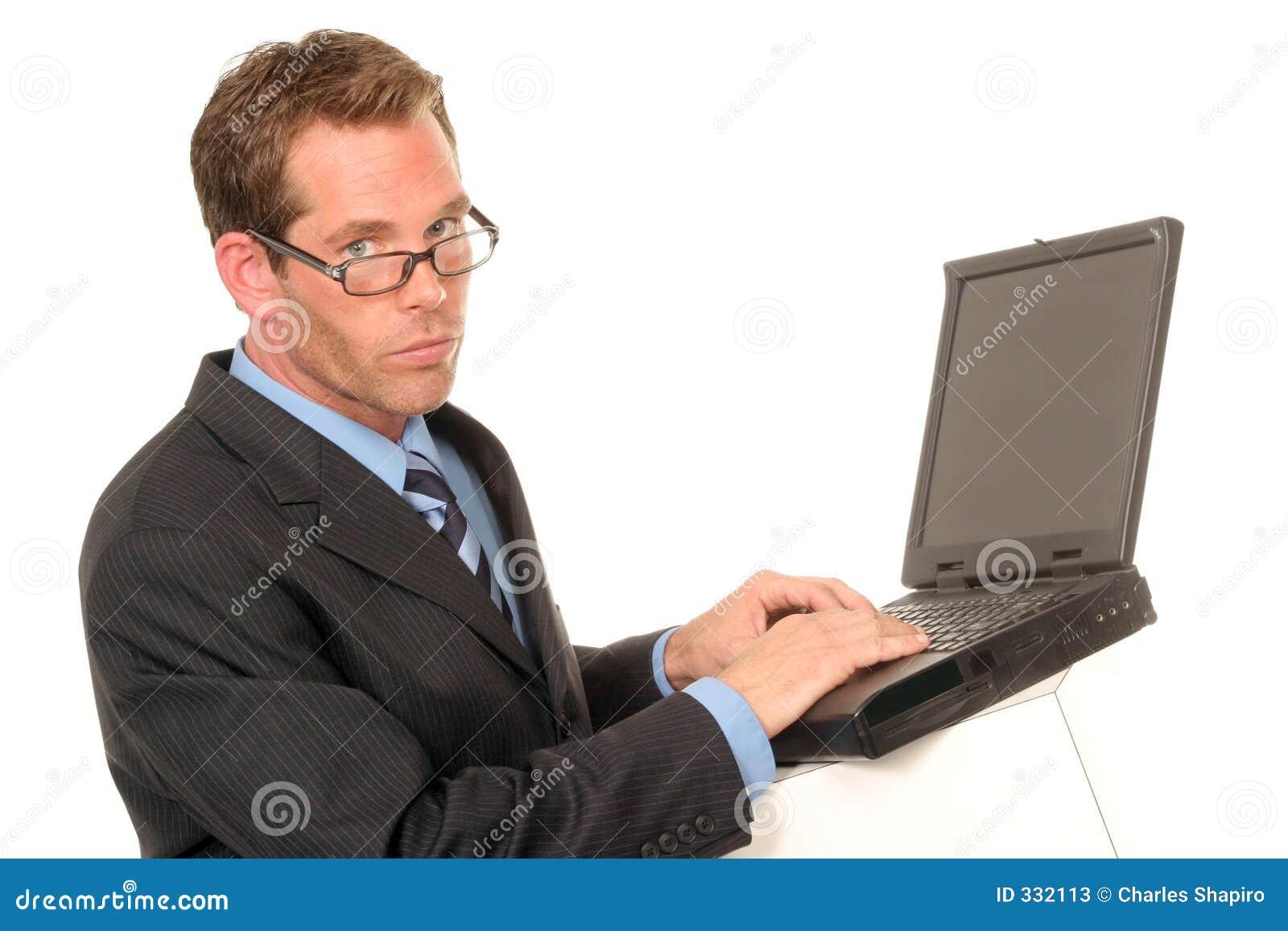 Homem em seu computador