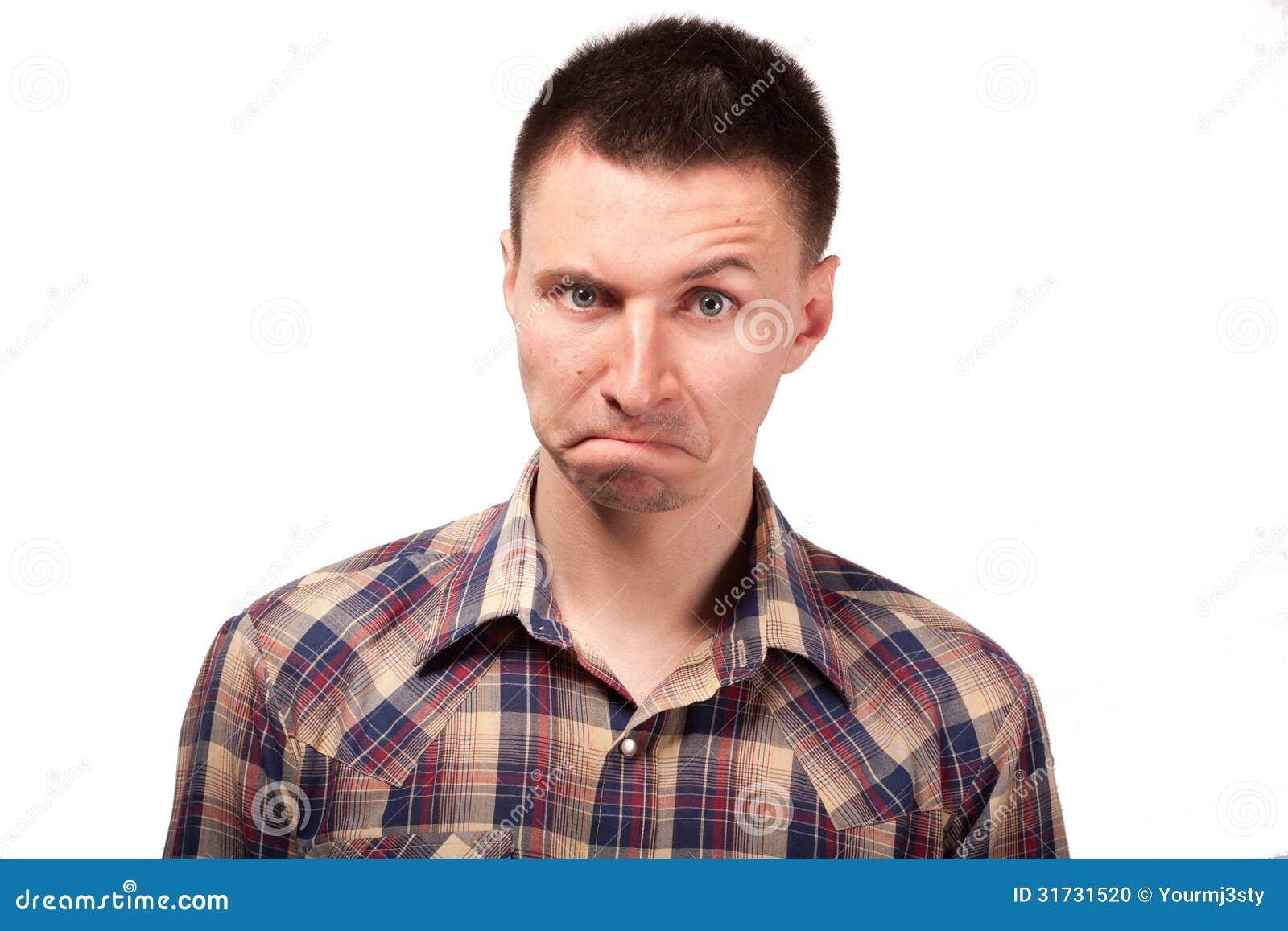 Homem em uma camisa de manta com expressões engraçadas da cara