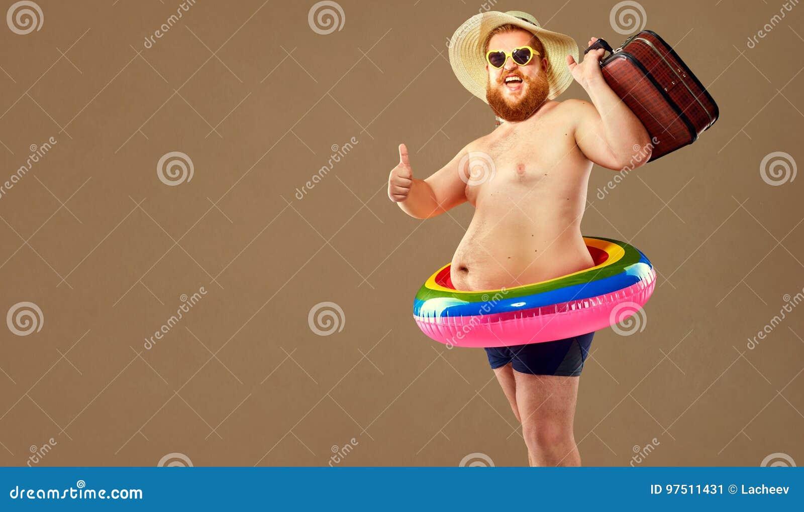 Homem engraçado grosso nos troncos de natação que vestem um chapéu e um o feito crochê