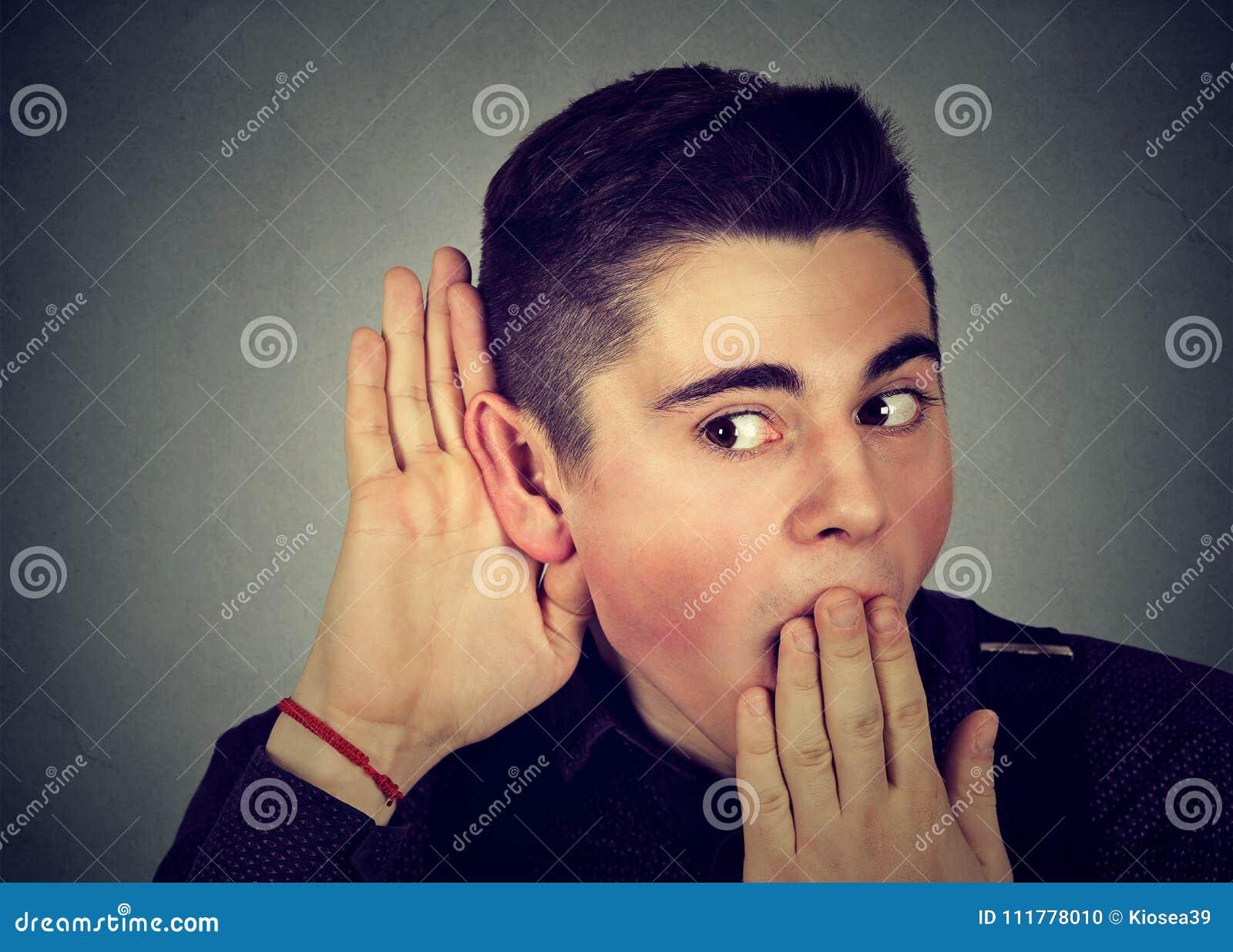 Homem entusiasmado que escuta boatos