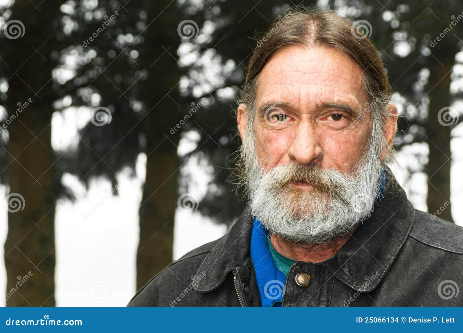Homem envelhecido médio áspero sério do retrato