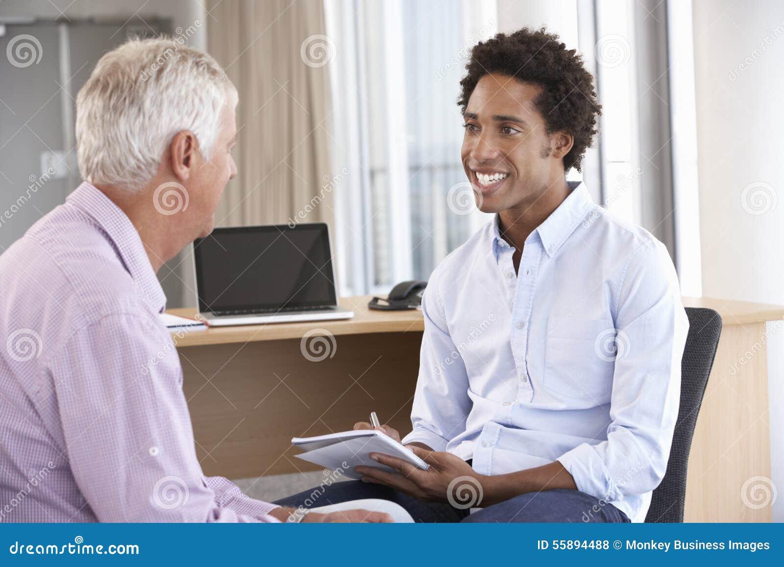 Homem envelhecido meio que tem a assistência da sessão