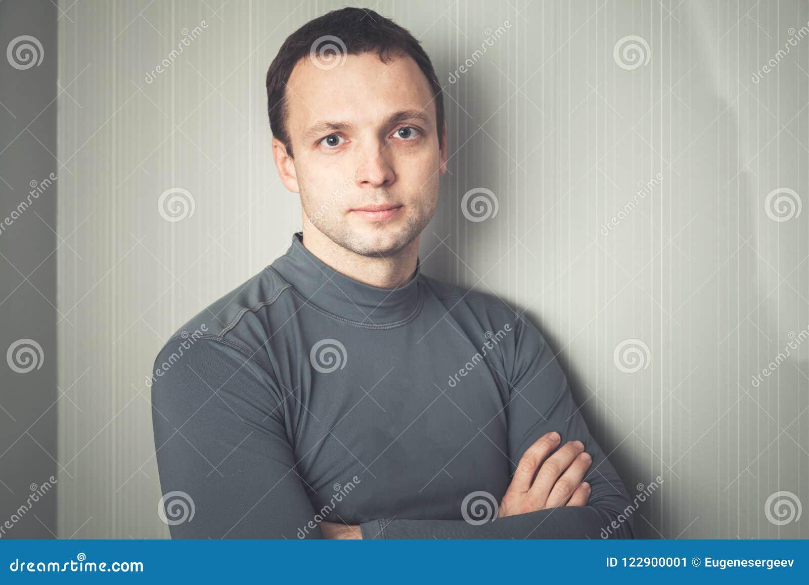 Homem europeu sério no sportswear cinzento