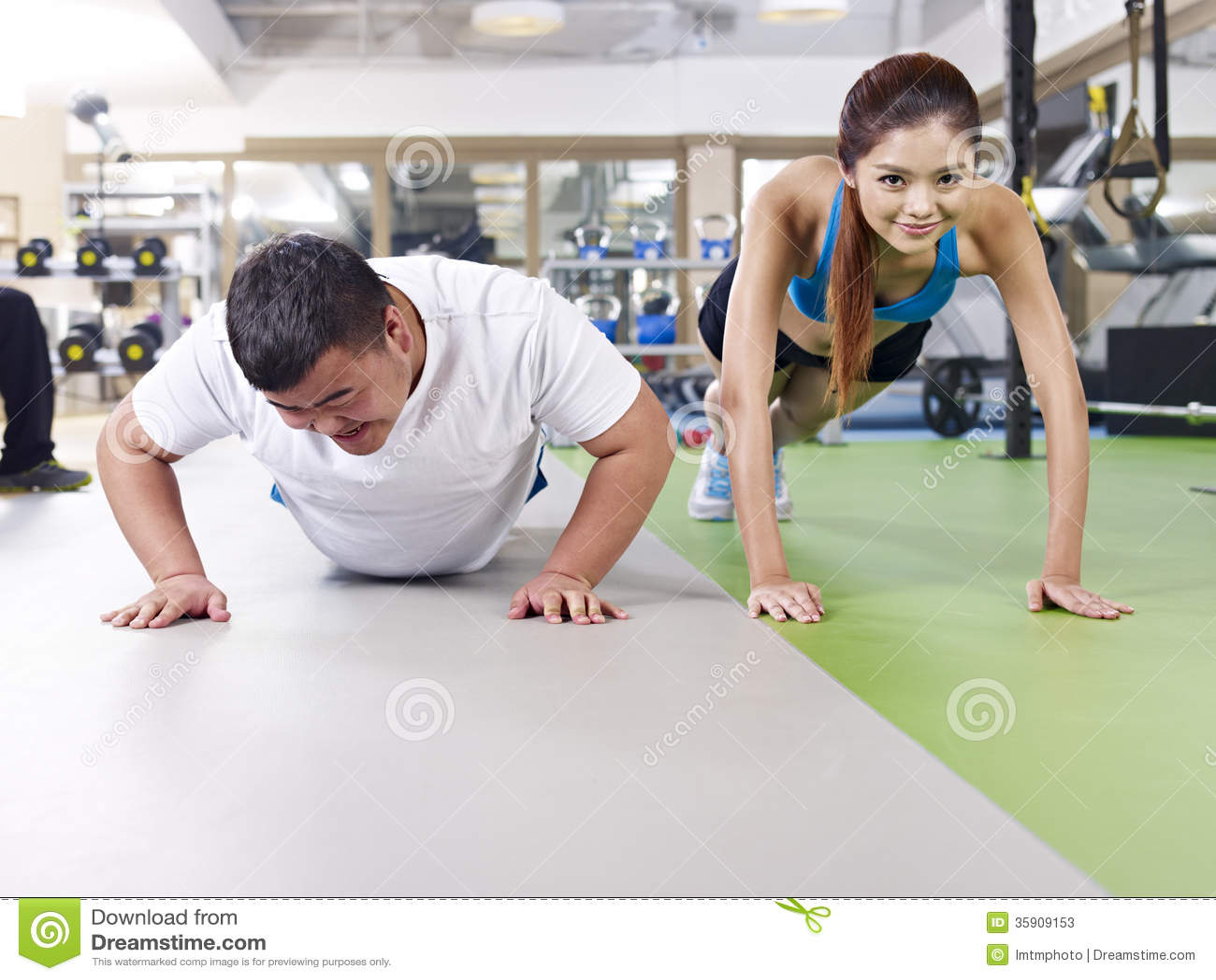 Homem excesso de peso e menina magro que exercitam junto