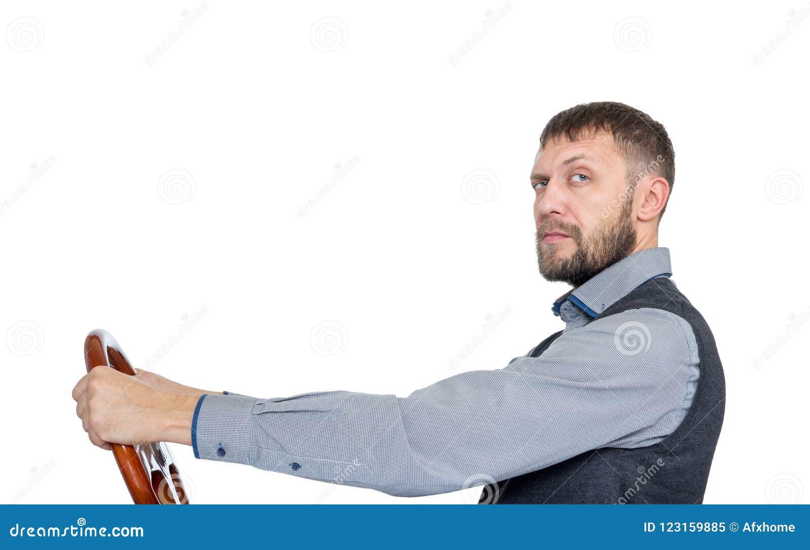 Homem farpado com um volante, vista lateral, isolada no fundo branco Conceito da movimentação do carro