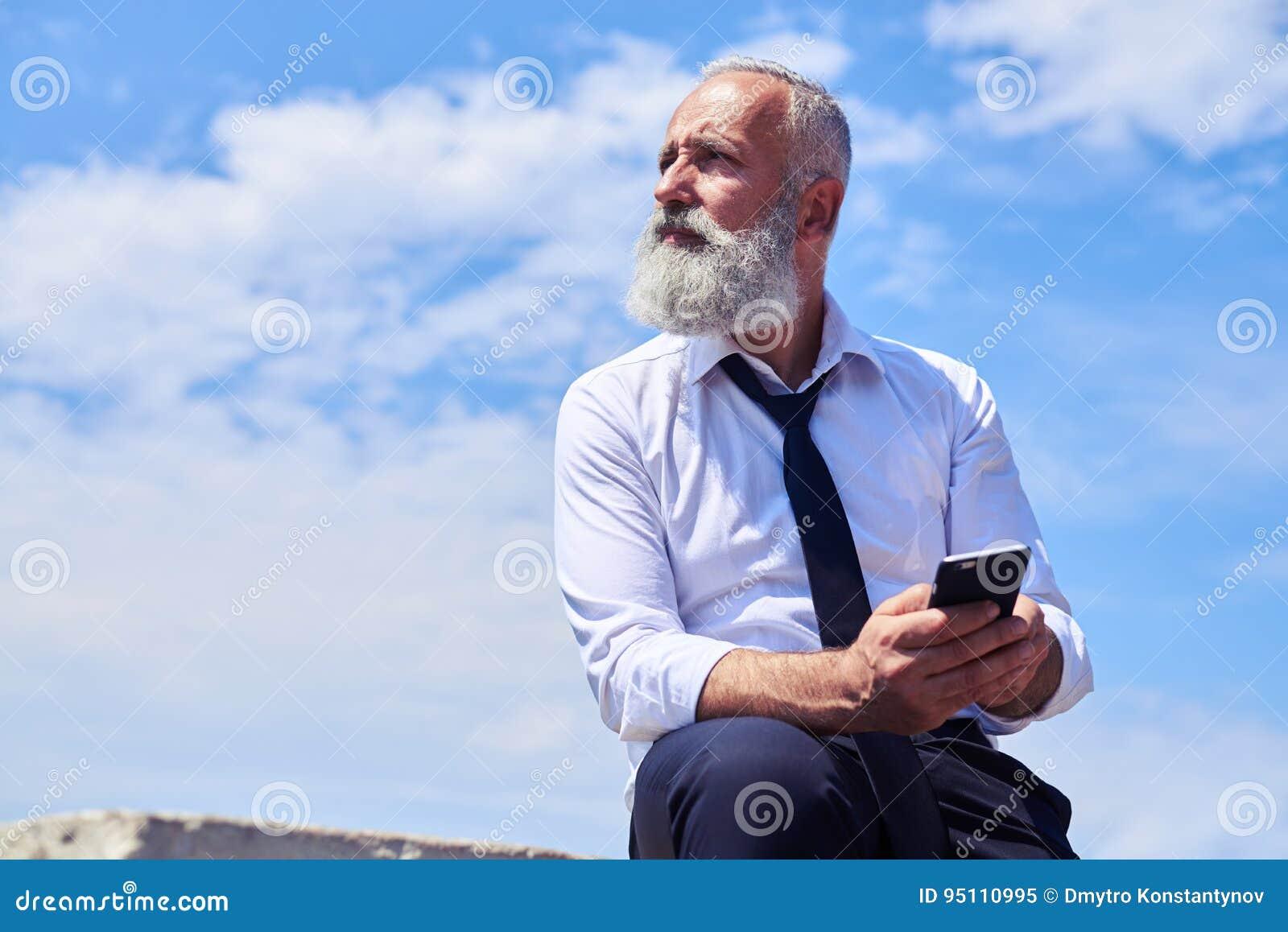 Homem farpado contra o céu azul