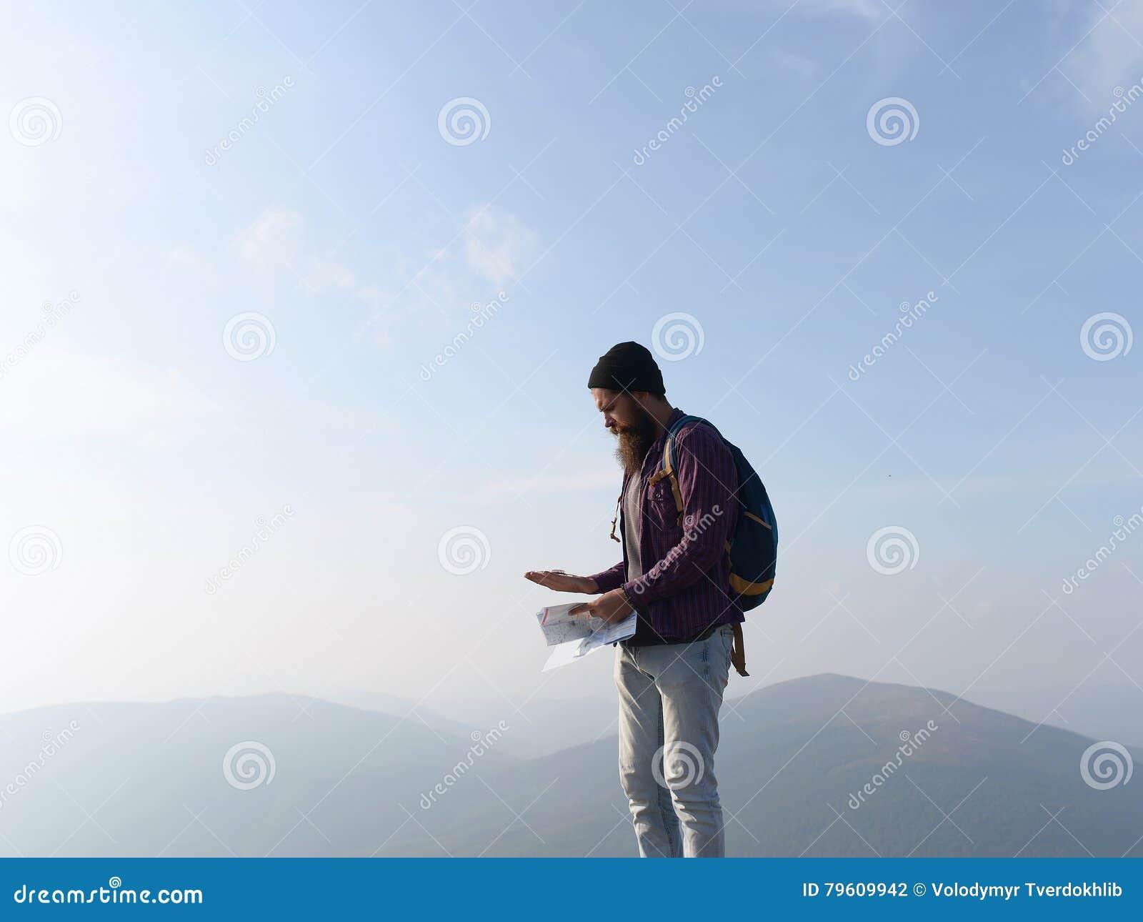 Homem farpado na parte superior da montanha