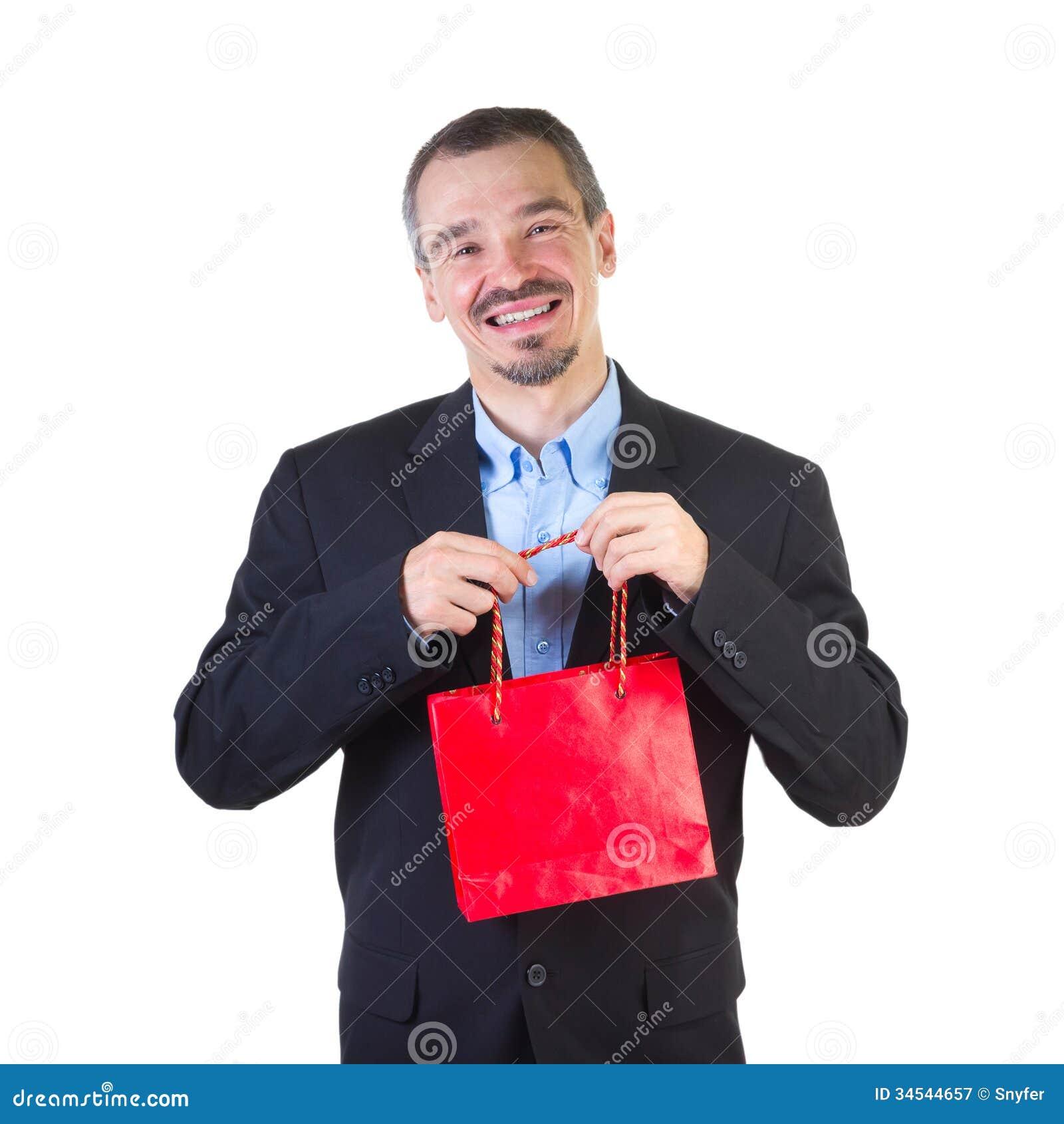 Homem feliz com o saco vermelho de compra.