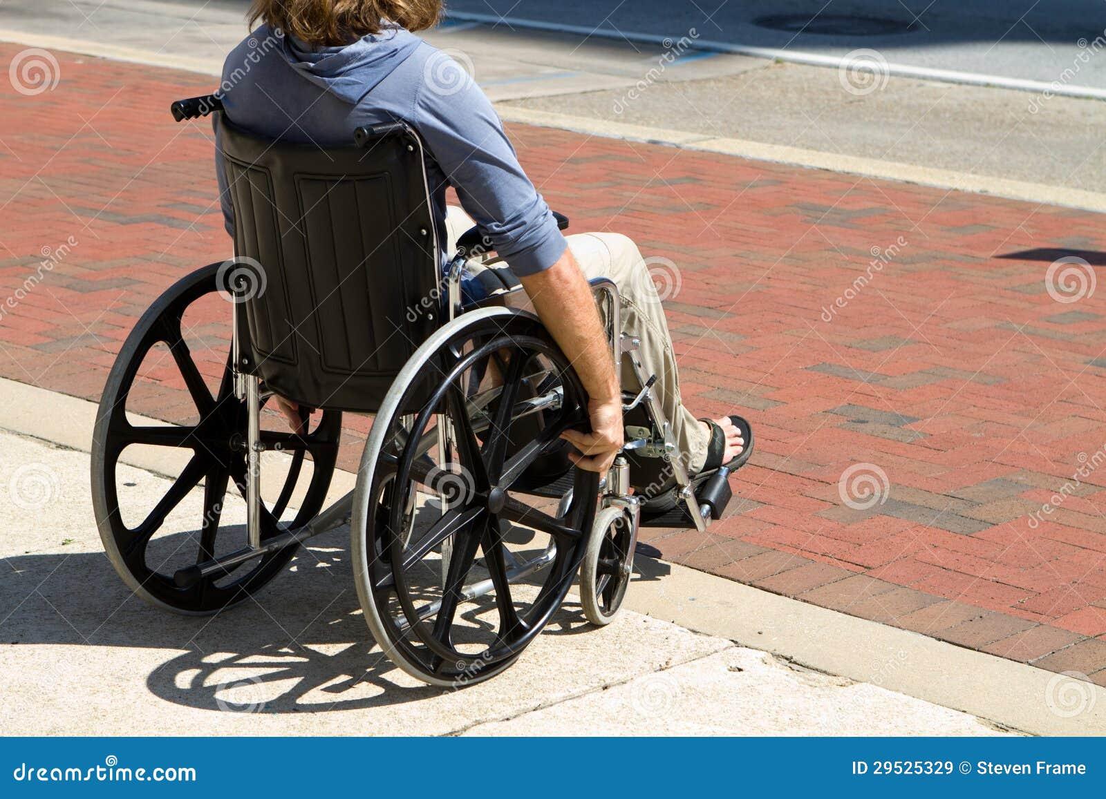 Homem ferido da cadeira de rodas