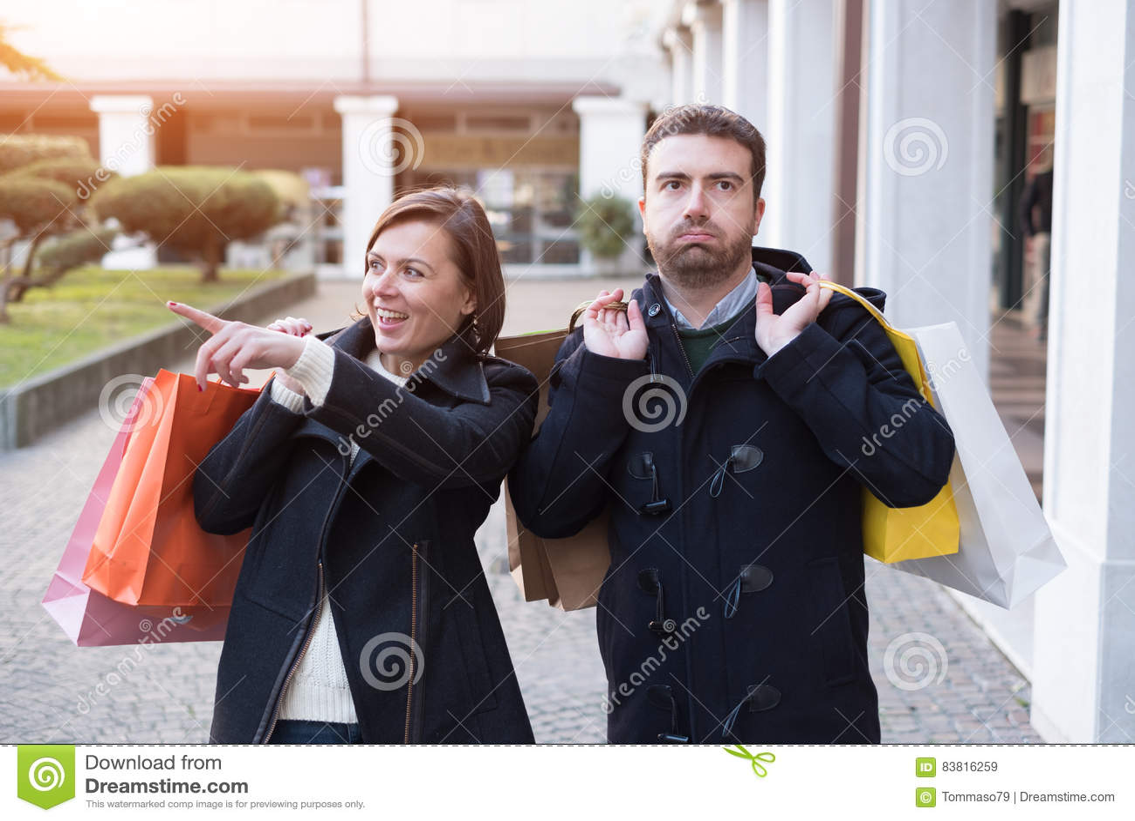 Homem furado muito da compra