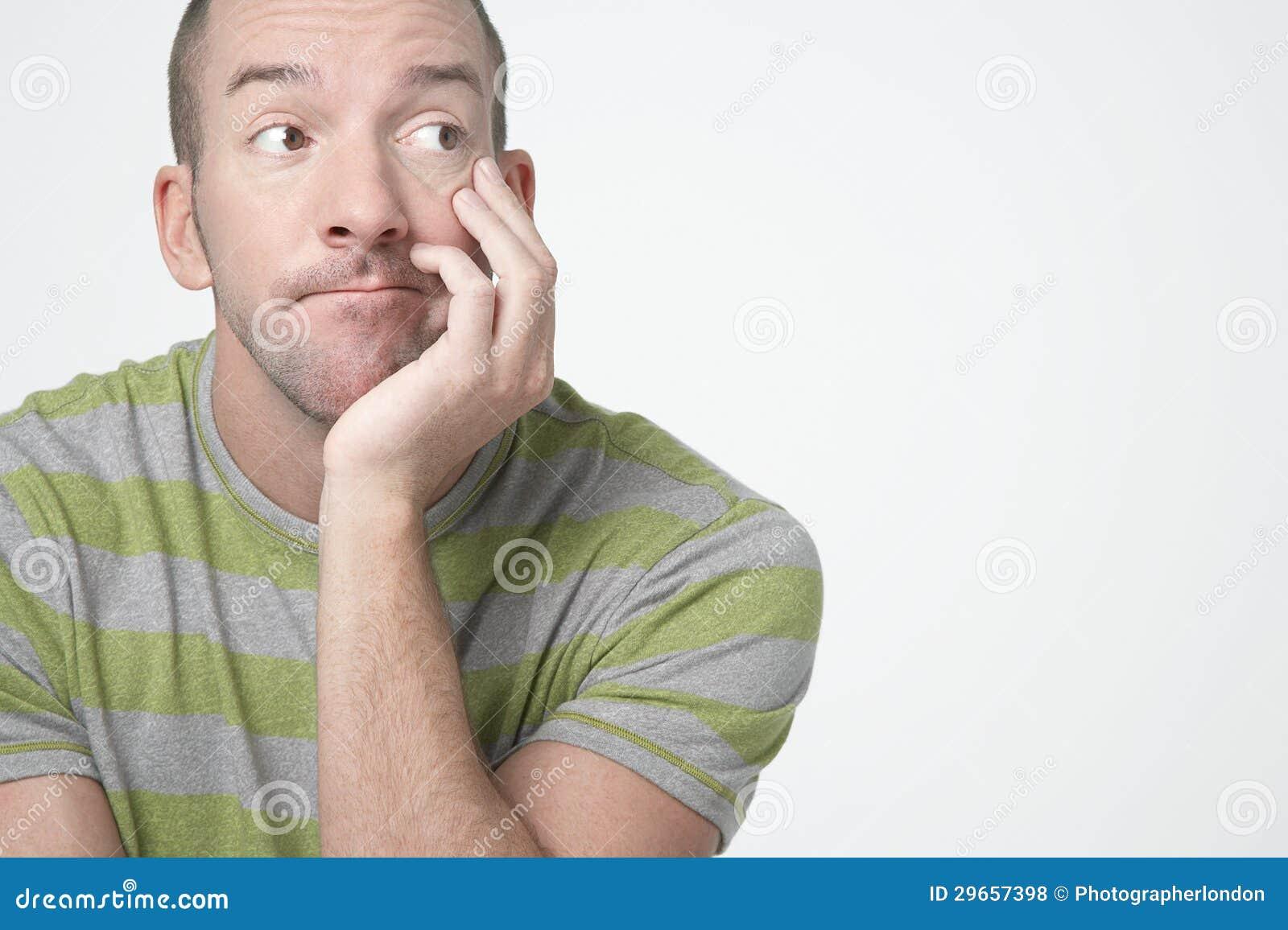Homem furado que olha lateralmente
