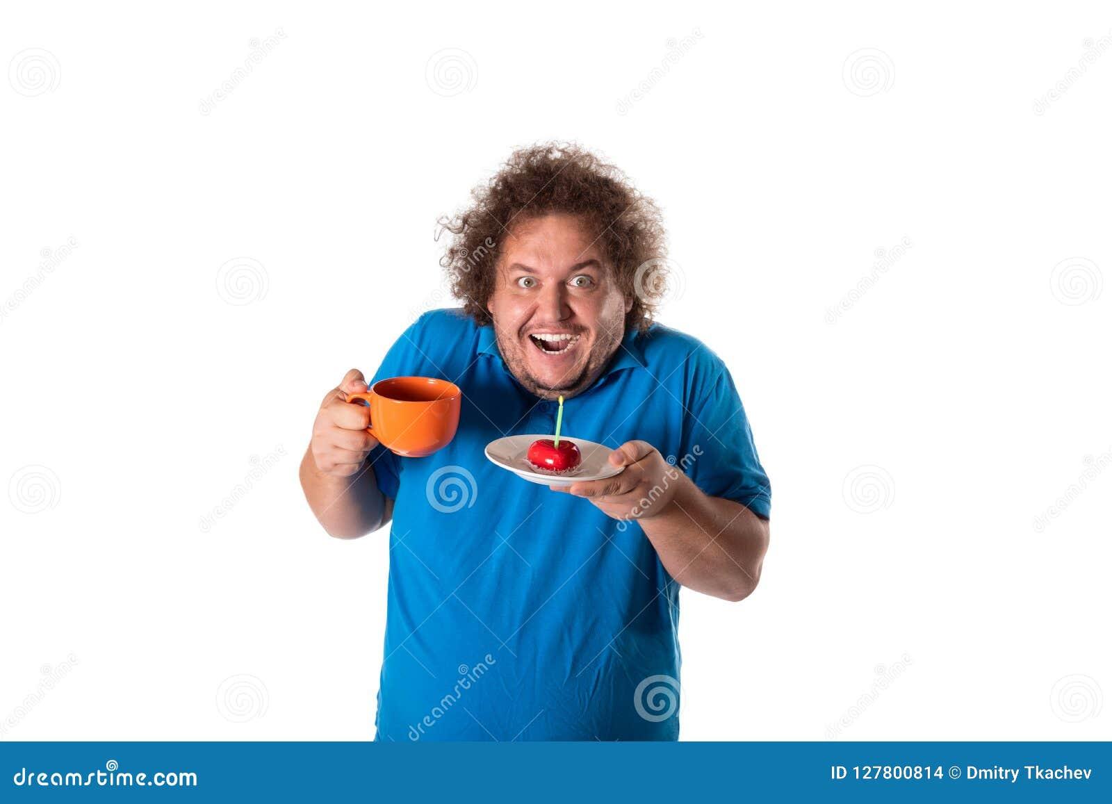 Homem gordo engraçado com caneca e bolo Feliz aniversario