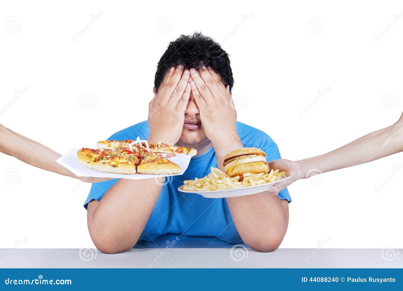 Homem gordo que rejeita a comida lixo 2