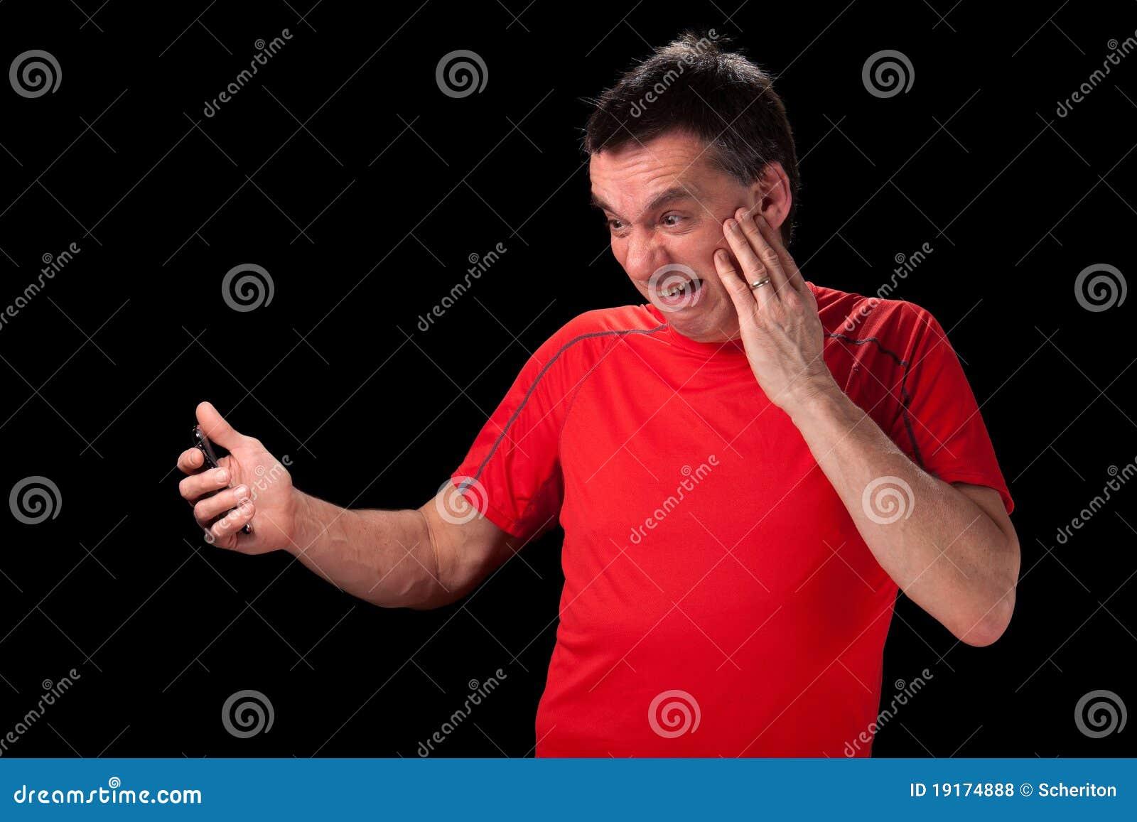 Homem horrorizado no telefone