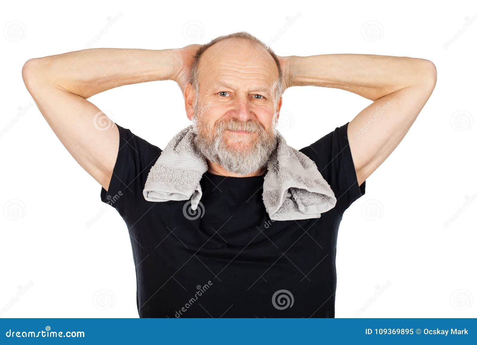 Homem idoso após a sessão do gym