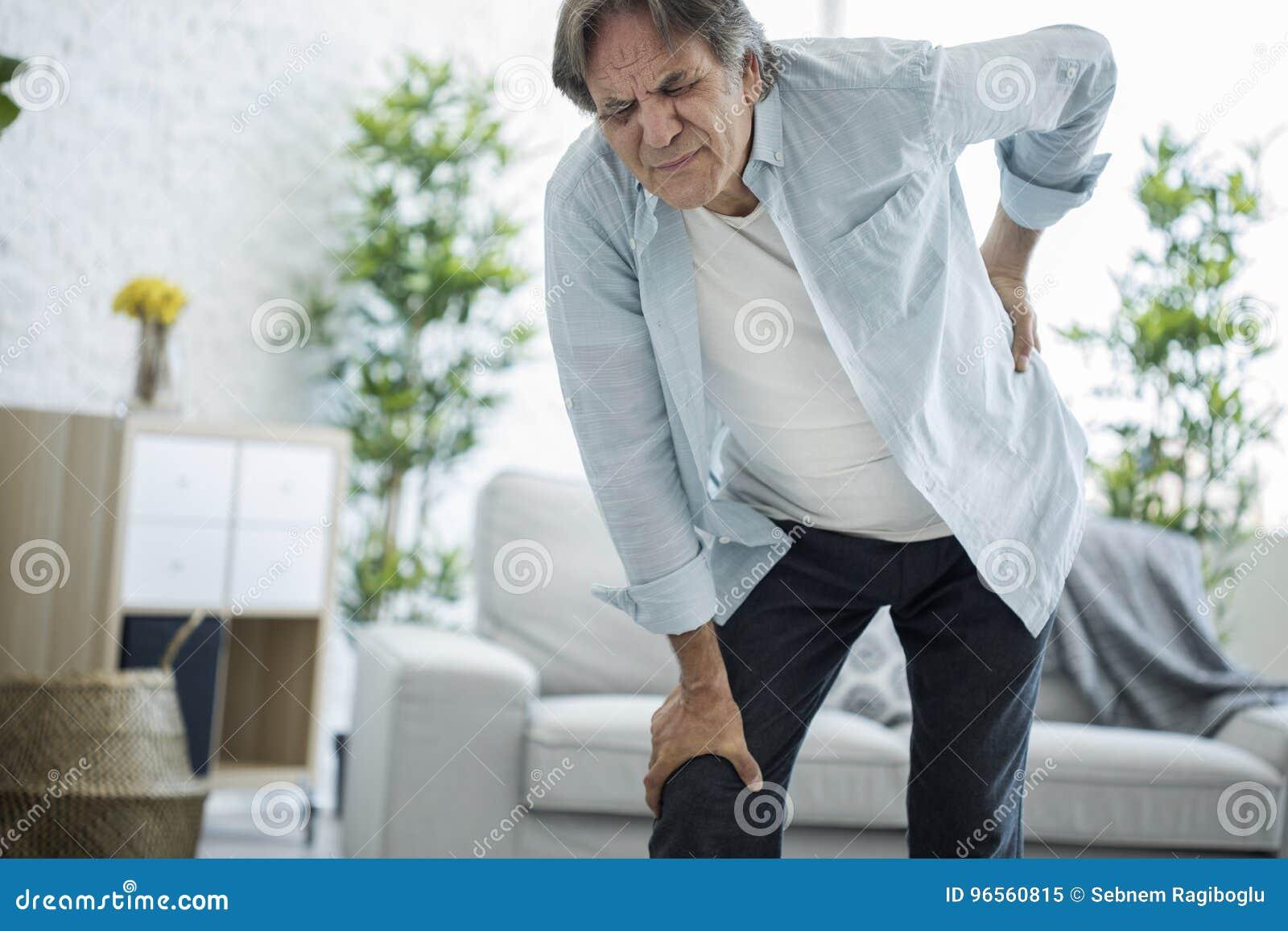 Homem idoso com dor traseira