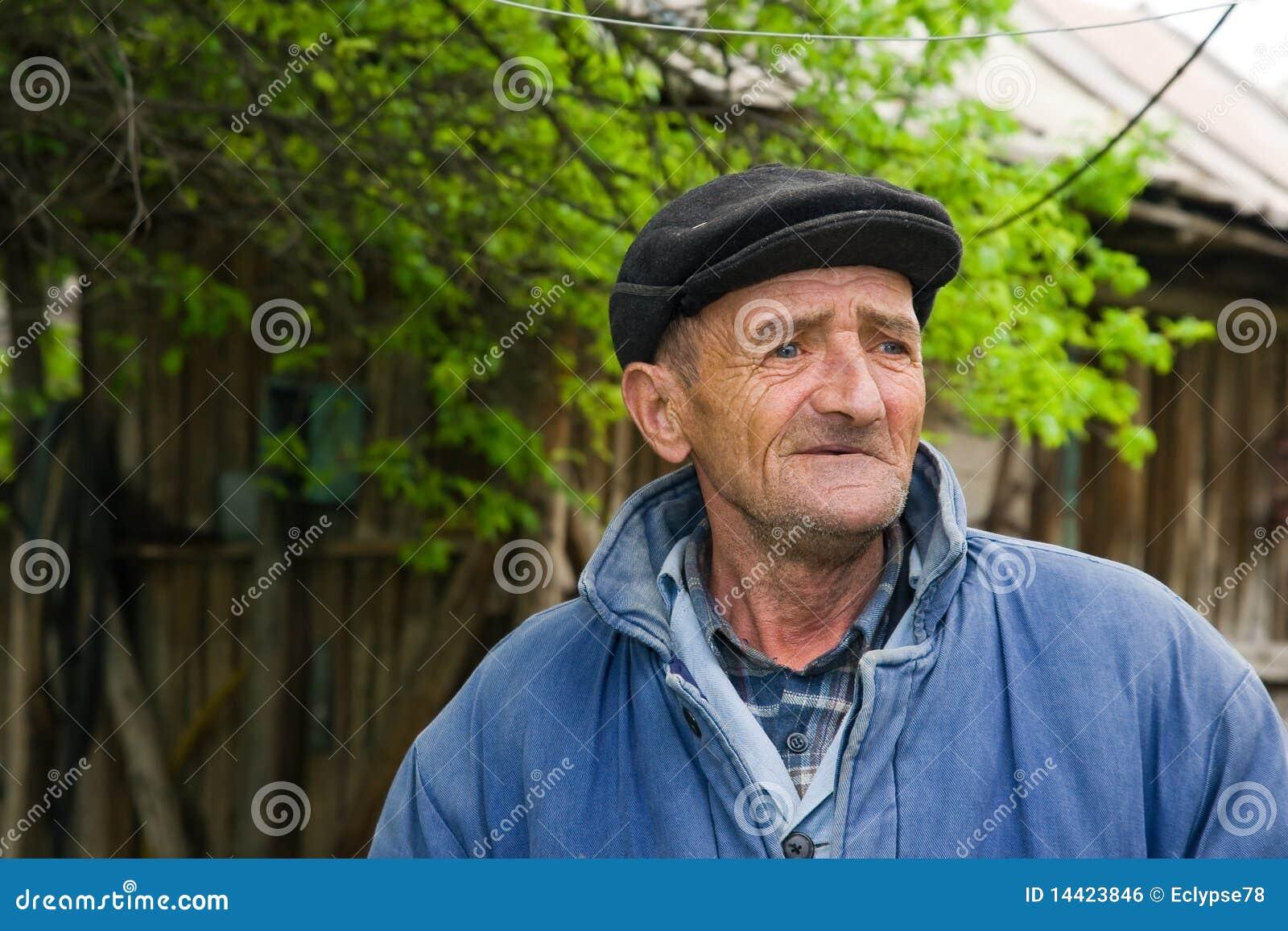 Homem idoso deficiente