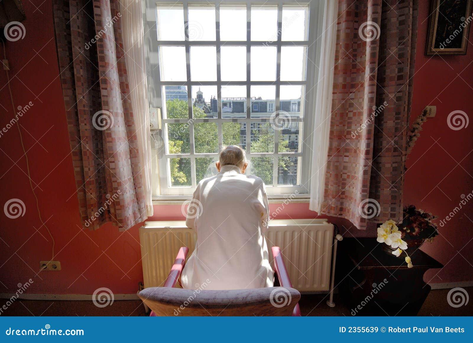 Homem idoso no lar de idosos