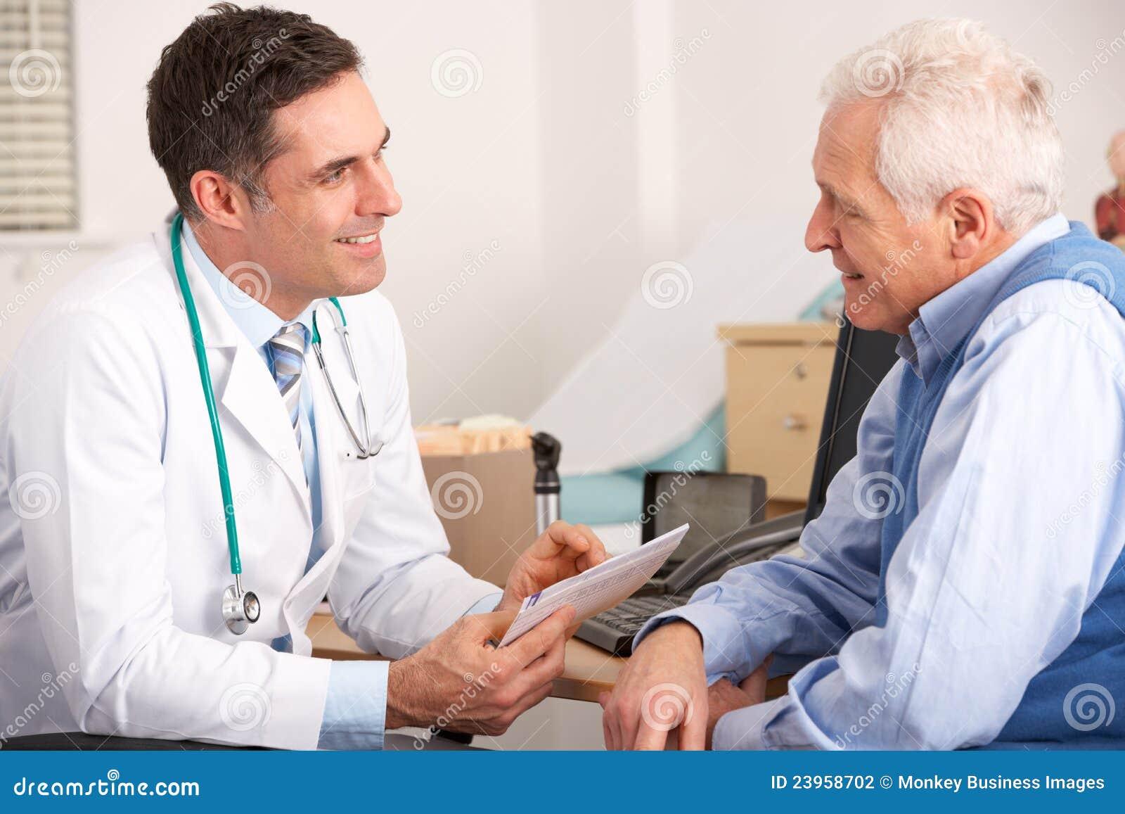 Homem idoso que fala com um doutor americano