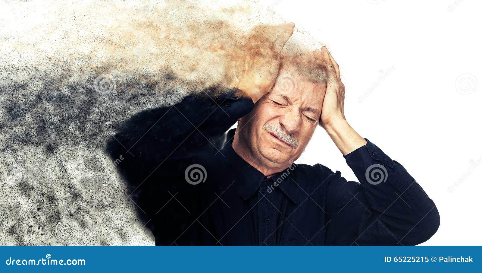 Homem idoso que sofre de uma dor de cabeça