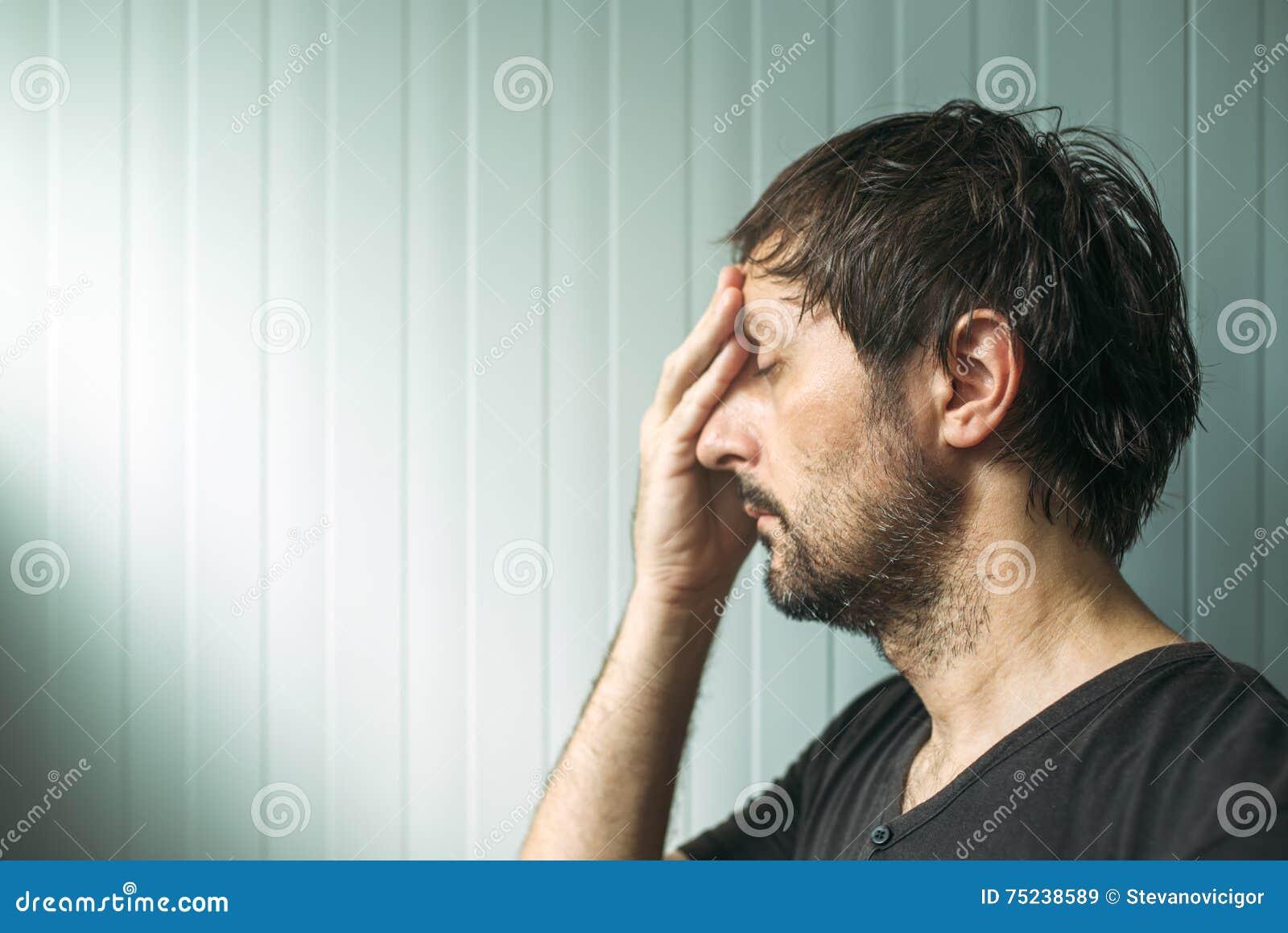 Homem incomodado miserável do od do retrato do perfil