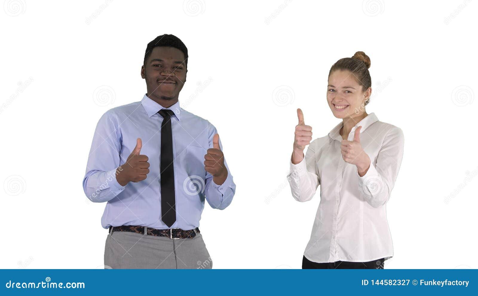 Homem internacional e mulher de sorriso felizes que mostram os polegares acima no fundo branco