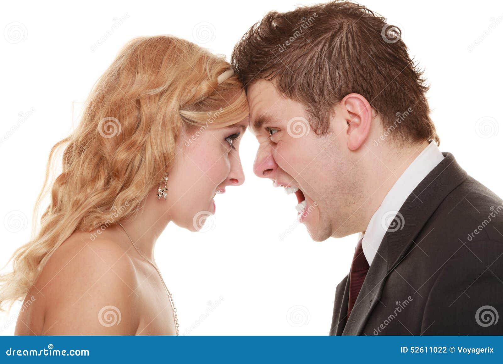 Homem irritado da mulher que grita em se Noivo da noiva da fúria
