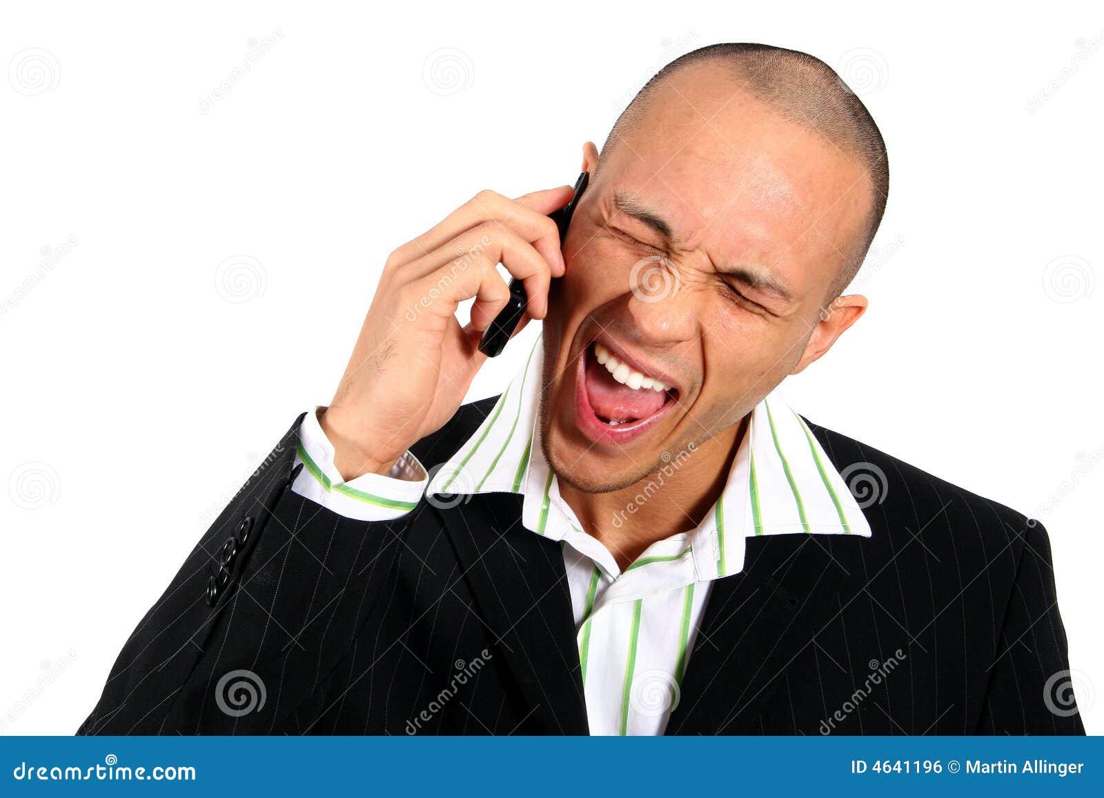 Homem irritado no telefone