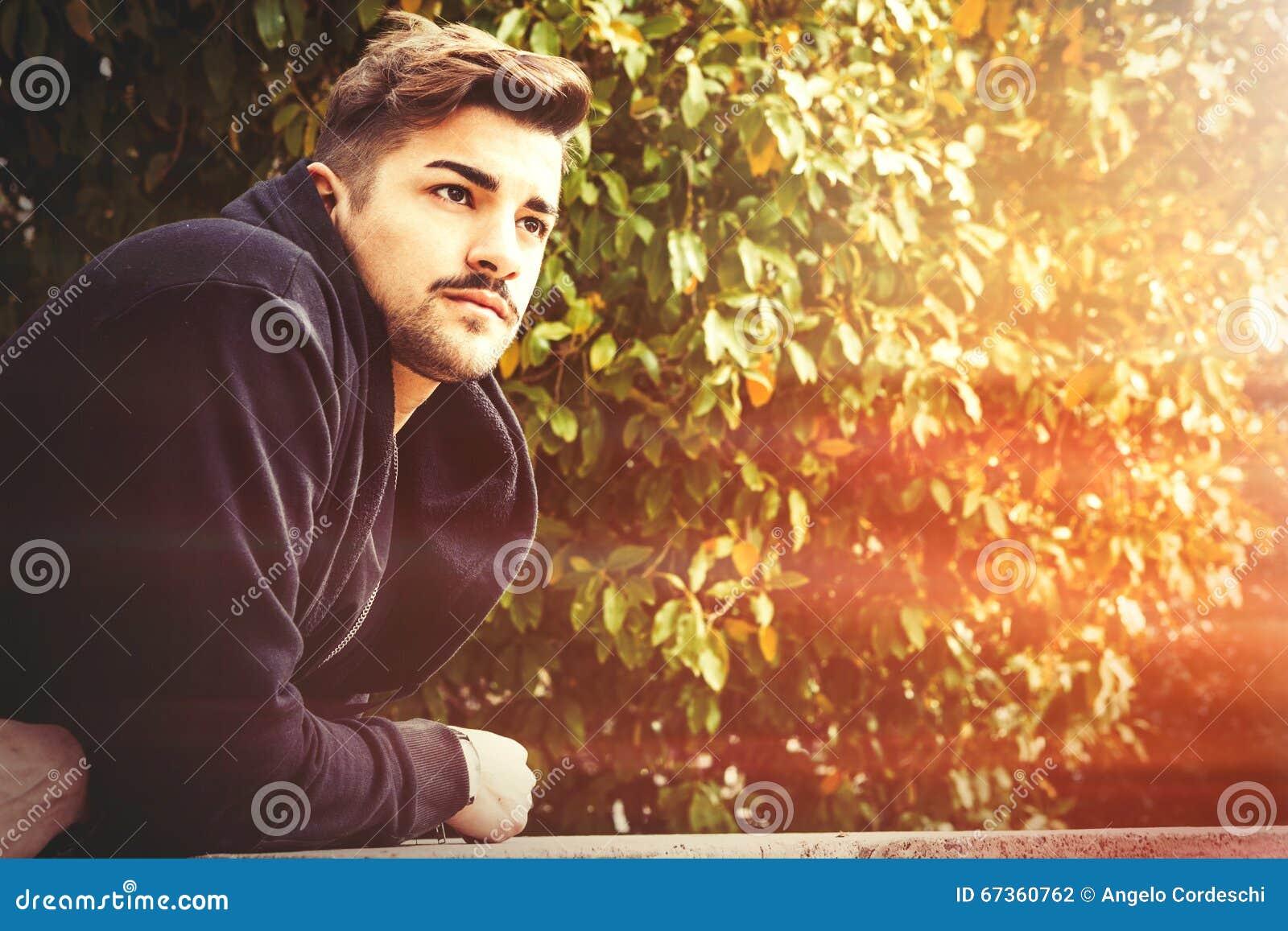Homem italiano da harmonia nova considerável - espera romântica