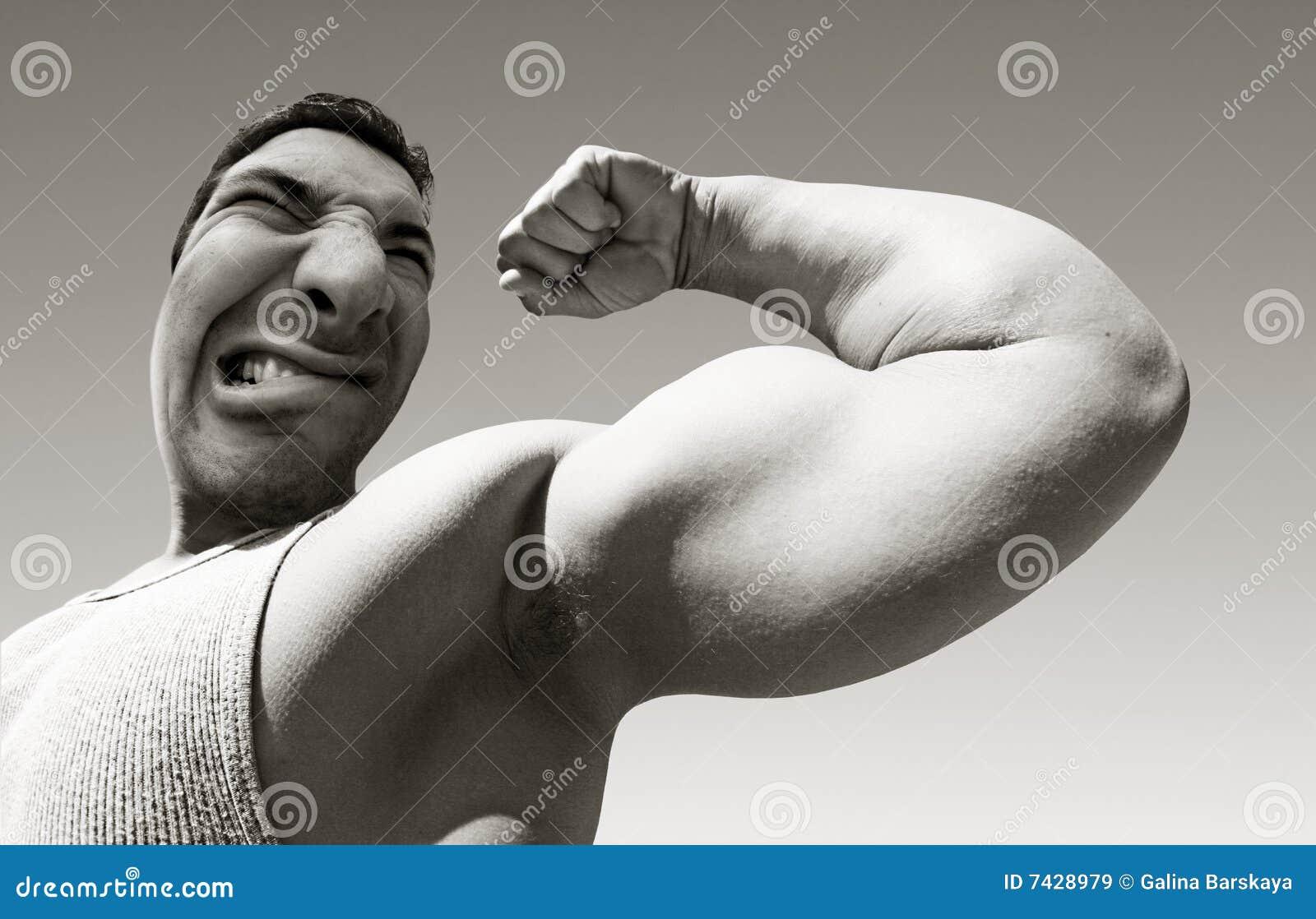 Homem médio com músculos grandes