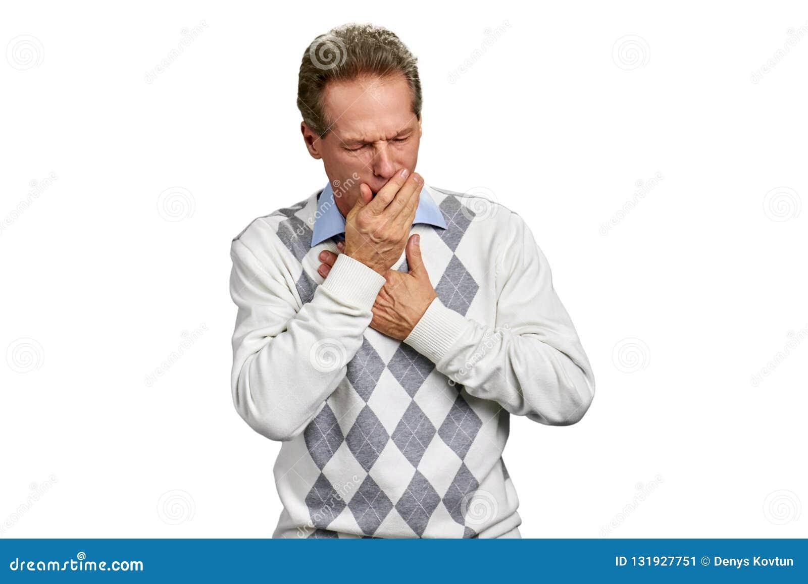 Homem maduro doente que tem a tosse infecciosa