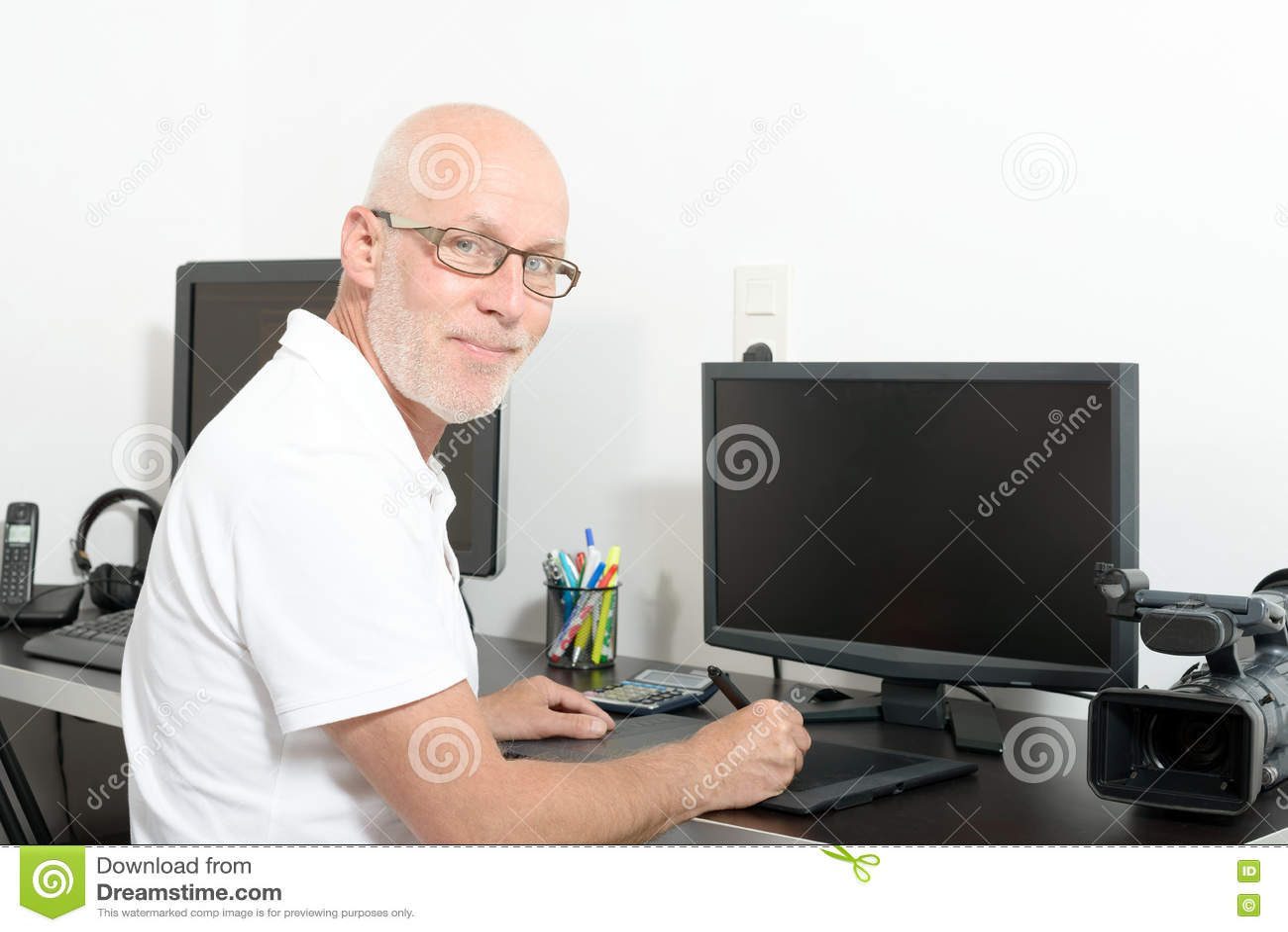 Homem maduro que trabalha com seu computador