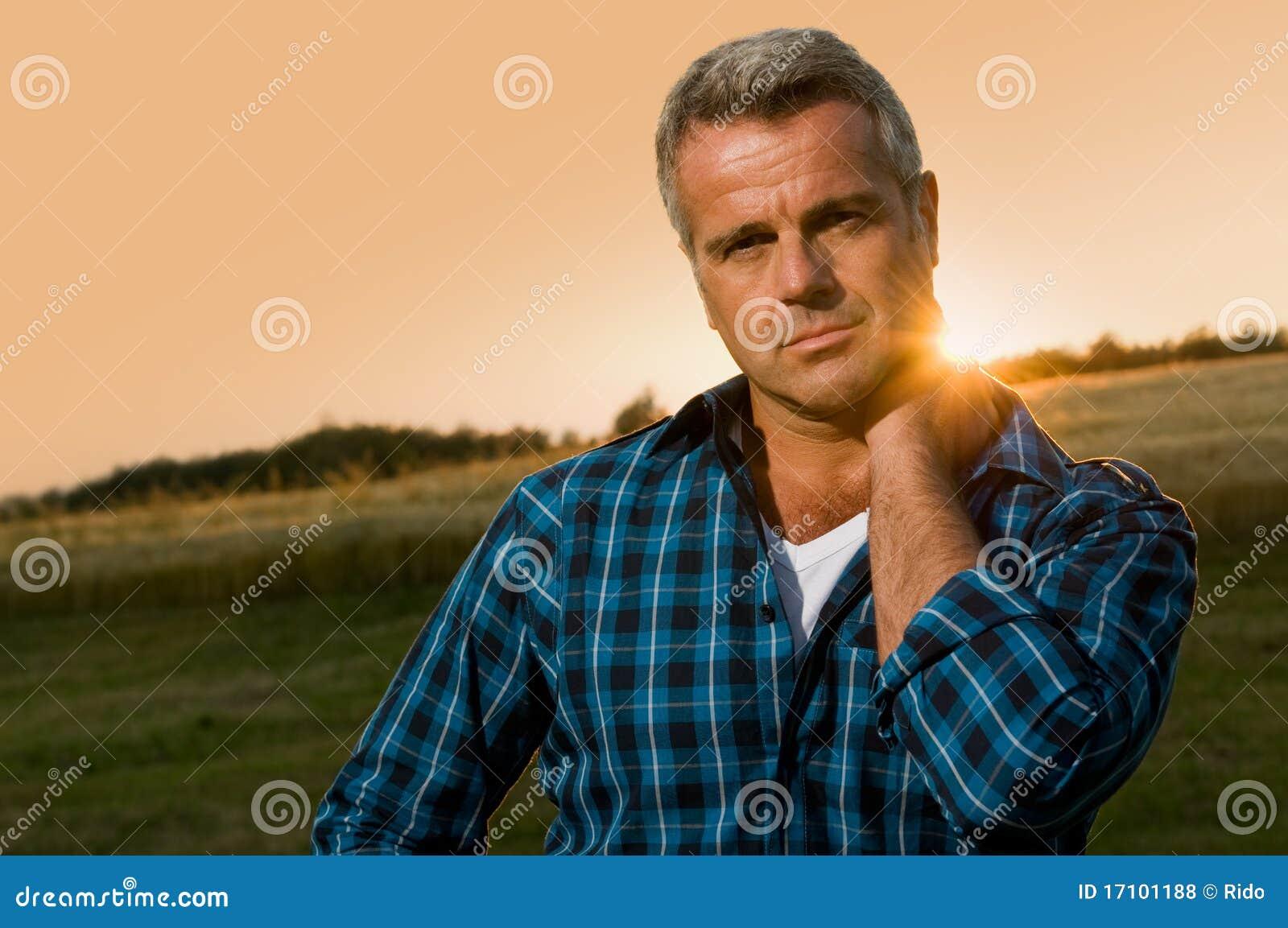 Homem maduro satisfeito ao ar livre