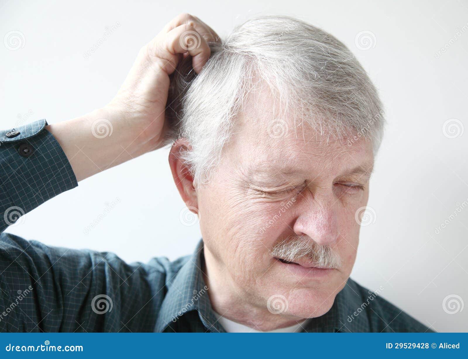 Homem mais idoso com escalpe seco