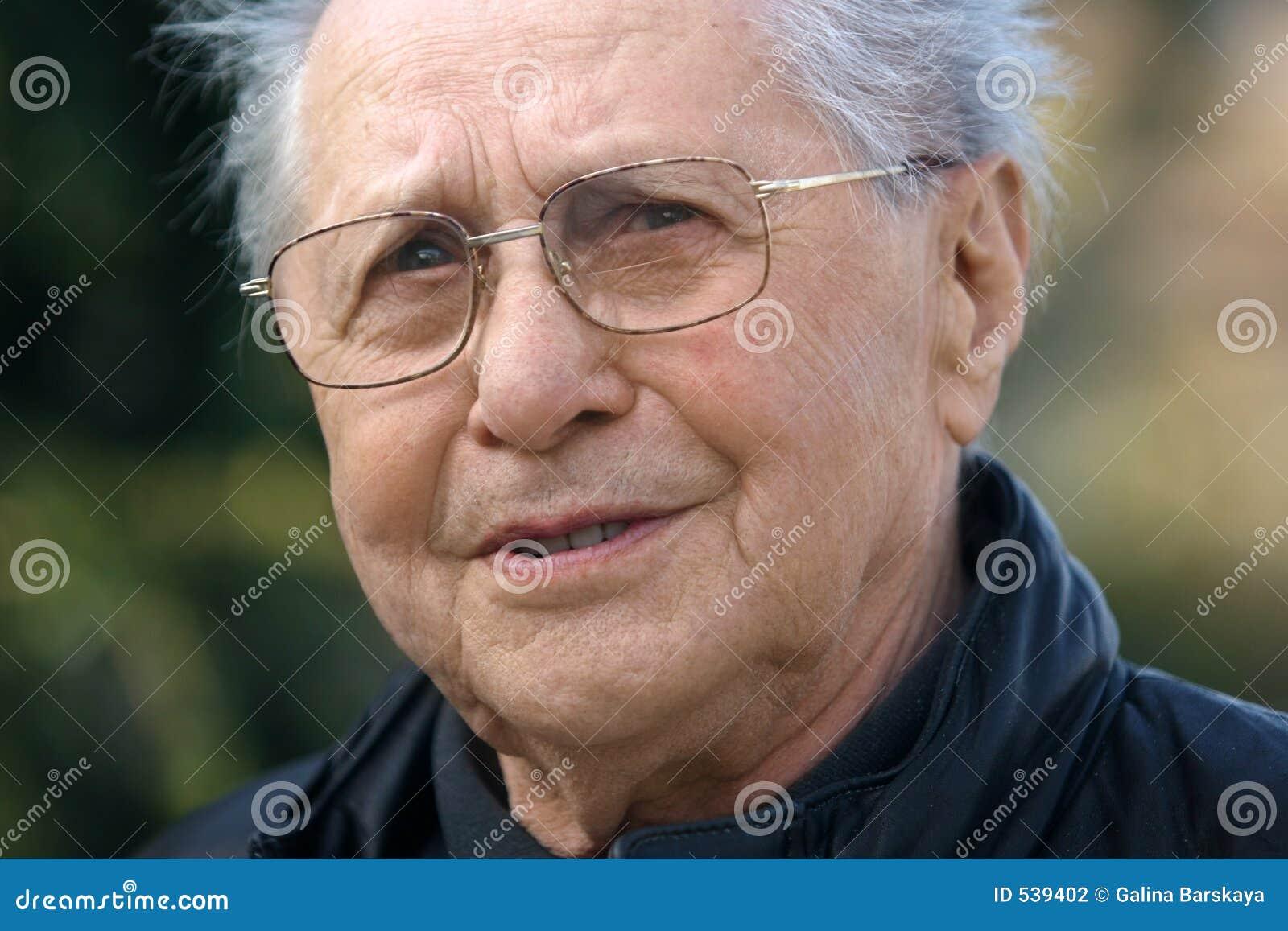 Homem mais idoso de sorriso