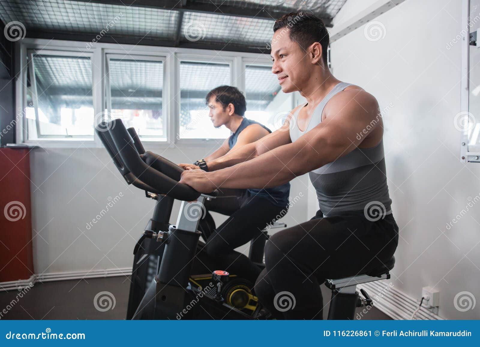 Homem muscular asiático que faz cardio- excercises