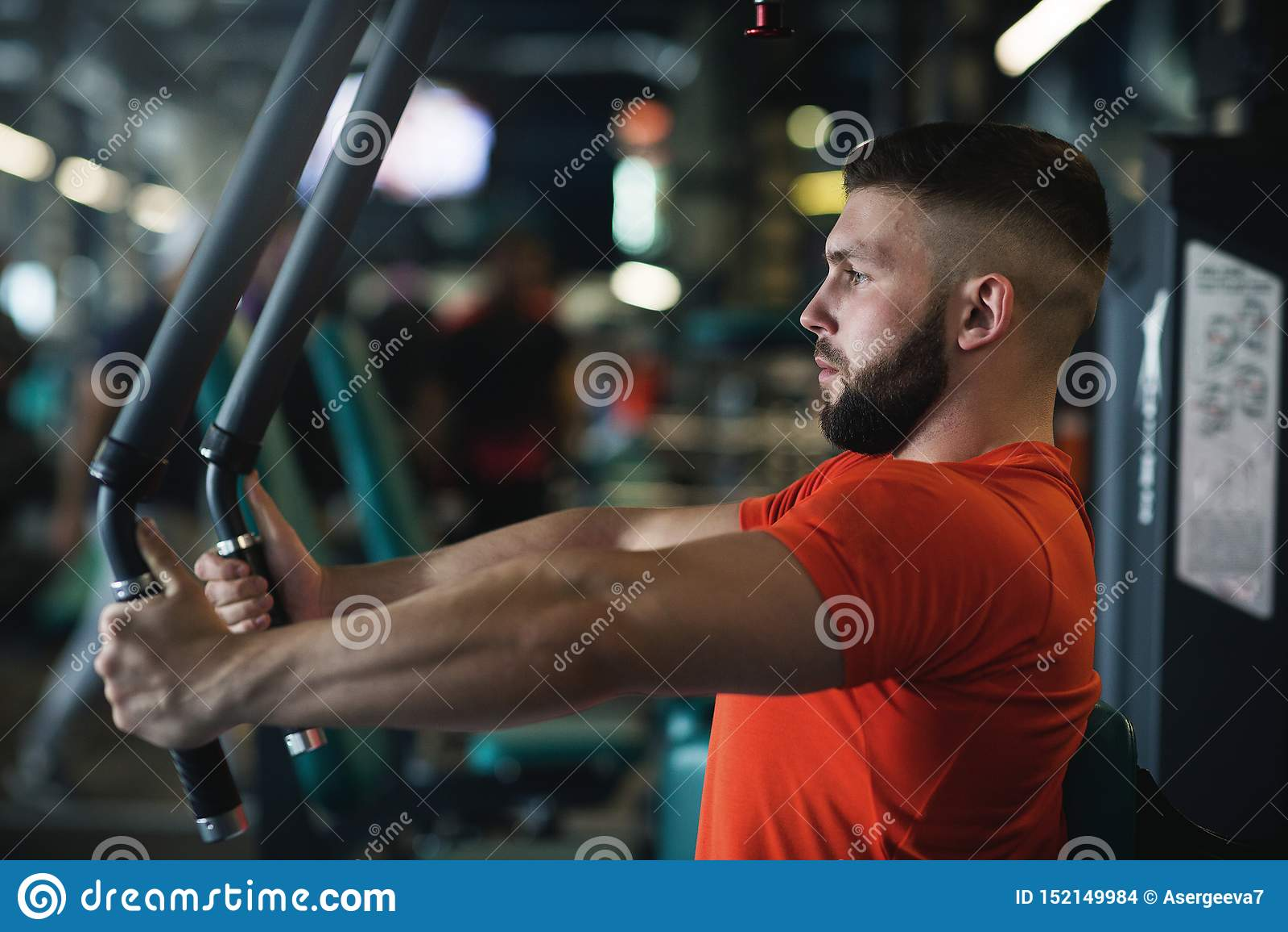 Homem muscular consider?vel que d? certo duramente no gym Exerc?cios da caixa
