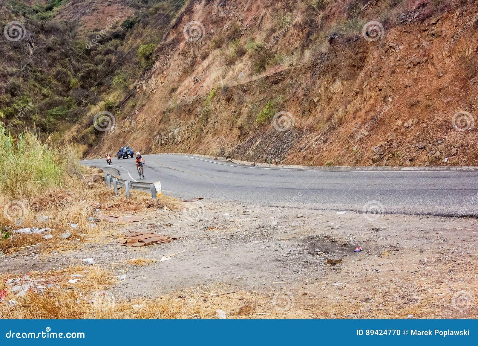 Homem na bicicleta que viaja através das montanhas na Guatemala
