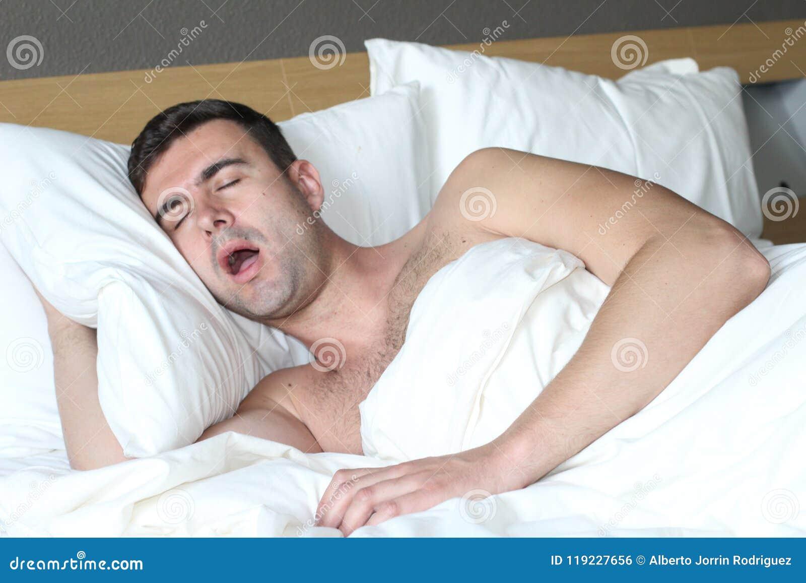 Homem na cama com desordem da apneia do sono