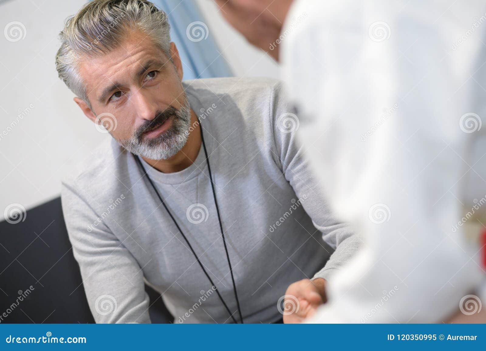 Homem na conversação com doutor