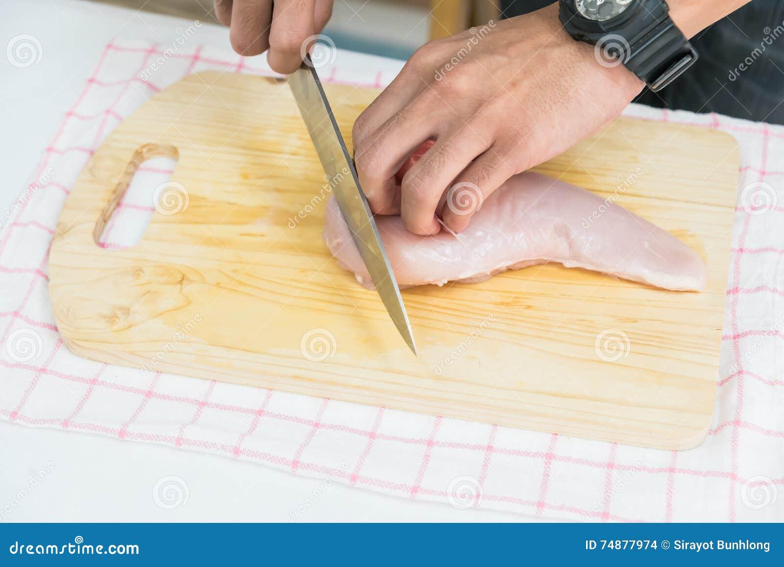 Homem na cozinha que cozinha o porco assado: carne do corte