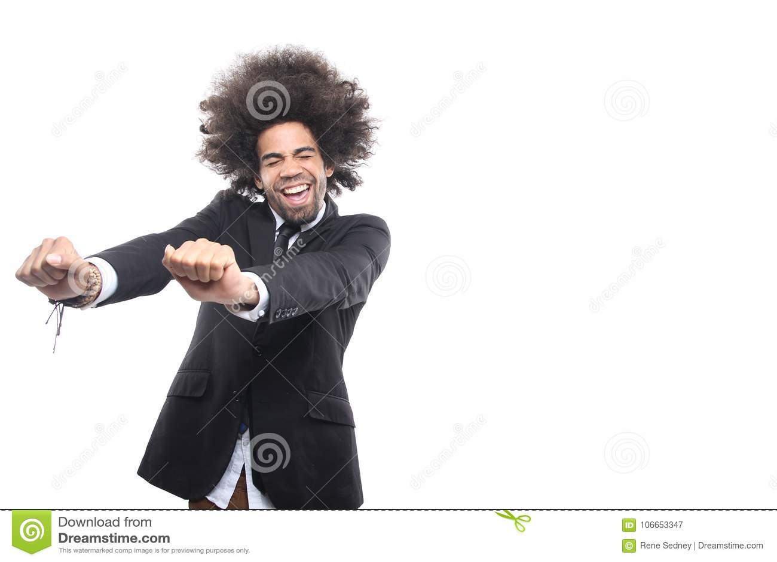 Homem na frente de um fundo branco que faz expressões