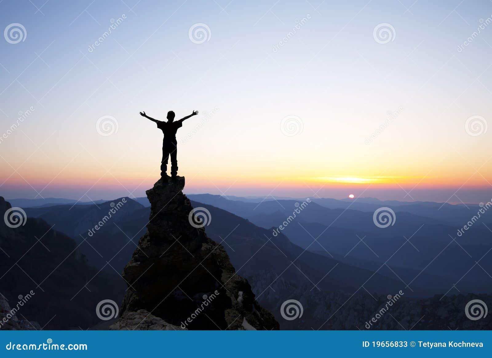 Homem na parte superior da rocha