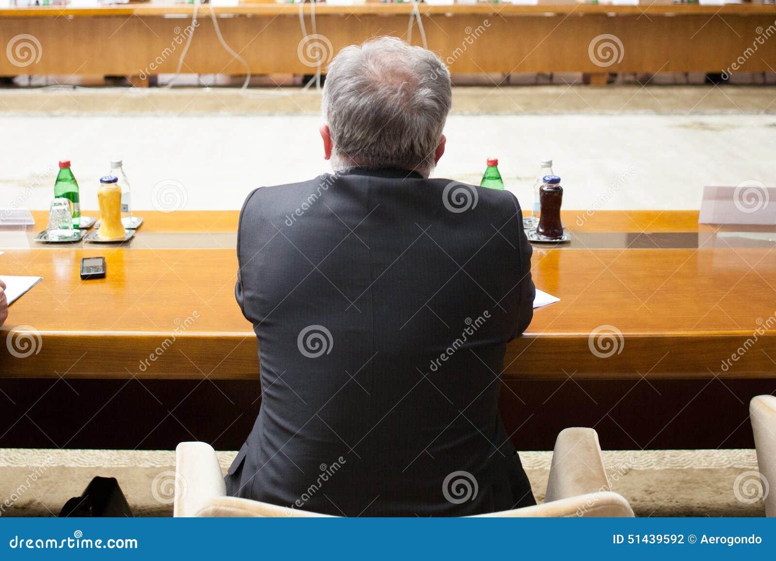 Homem na tabela de conferência
